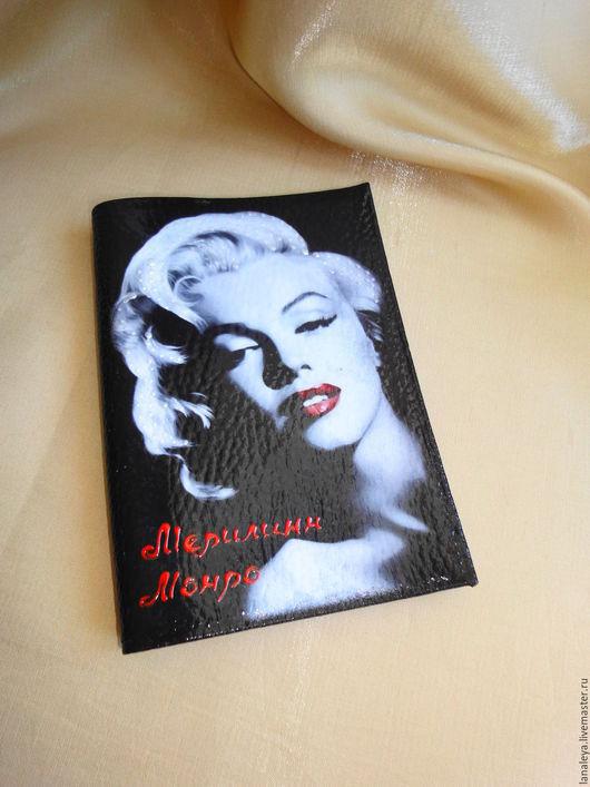"""Обложки ручной работы. Ярмарка Мастеров - ручная работа. Купить """"Мэрилин"""" на черном, бложка для паспорта. Handmade. Черный, кино"""