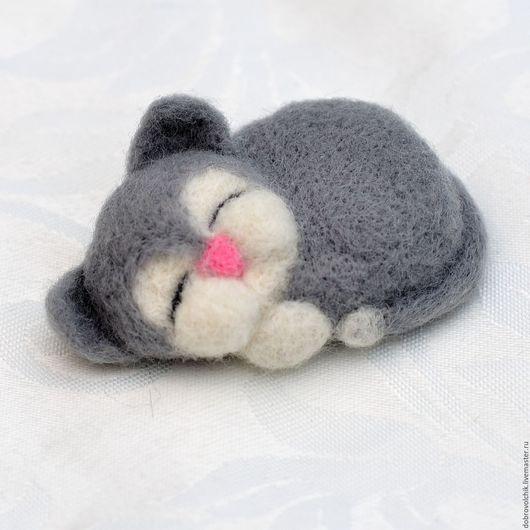 """Броши ручной работы. Ярмарка Мастеров - ручная работа. Купить Брошь """"Котенок"""". Handmade. Серый, котенок, брошь ручной работы"""