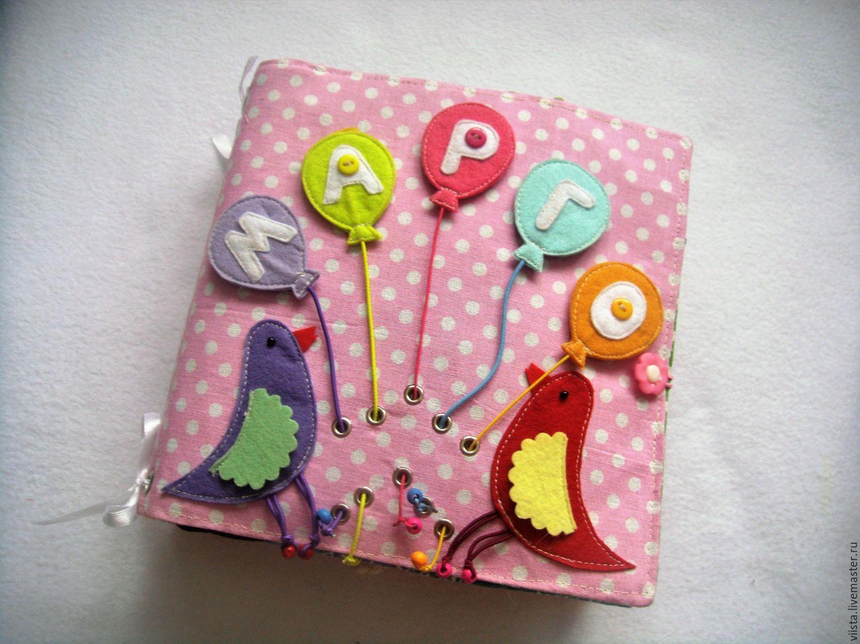 Шарики с буквами съёмные, собираются на своё место по цвету, что позволяет малышу быстро выучить своё имя.