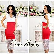 Красно-белое платье-футляр с изящным кружевом