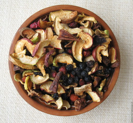 Витаминный сбор `Дары осени` собран из сухих ягод и плодов осеннего сбора - дикий лесной шиповник, ягод чёрного винограда сорта Изабелла, яблок и груш осенних сортов