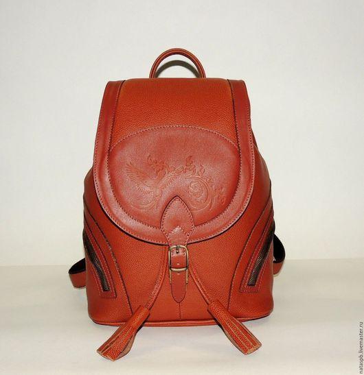Яркий рюкзачок «Валлетта» выполнен из плотной мягкой структурной кожи рыжего цвета. Благодаря рельефной структуре кожи на ней не будут заметны царапины. Украшает женственный рюкзачок рисунок птицы.