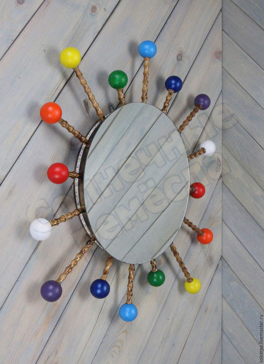 Зеркало настенное `Радуга`. Размер 70х70 см, лучи из сосны, шарики из липы.  Зеркало можно поворачивать вокруг центра на любой угол по часовой стрелке или против часовой.