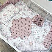 Серо розовый комплект в детскую кроватку любых размеров.