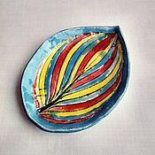 Тарелки ручной работы. Ярмарка Мастеров - ручная работа Радужная керамическая тарелка с оттиском хосты. Handmade.