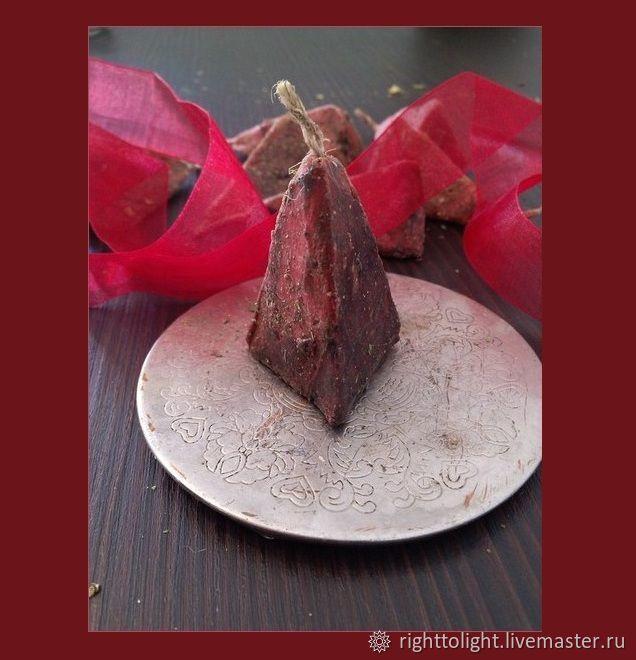 Свеча `Пламя огня`. Может использваться как стихийная, алтарная, чакральная (муладхара)