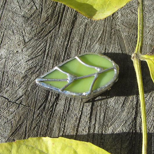 Броши ручной работы. Ярмарка Мастеров - ручная работа. Купить Брошь Осенний лист из витражного стекла. Handmade. Комбинированный, листья