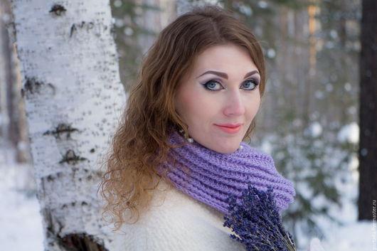 Шарф снуд `Лавандовое поле`,  весенний шарф, полушерстяной шарф, васильковый снуд, сиреневый шарф снуд вязаный спицами, лавандовый снуд с брошью, шарф вязаный спицами, васильковый снуд вязаный спицами