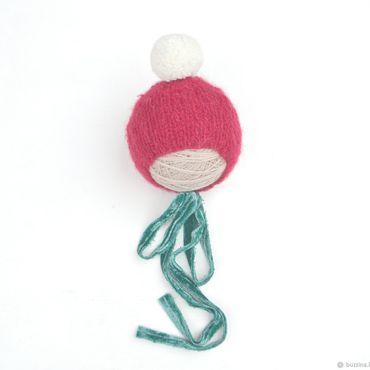 Работы для детей, ручной работы. Ярмарка Мастеров - ручная работа Новогодняя шапочка с помпоном и бархатными лентами для фотосессии. Handmade.