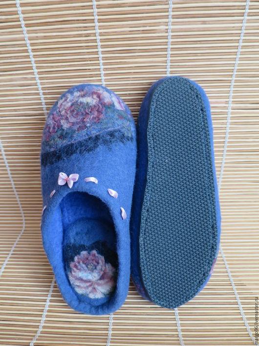 Обувь ручной работы. Ярмарка мастеров - ручная работа. Купить валяные тапочки из павлопасадских платков. Handmade. Розы на синем.