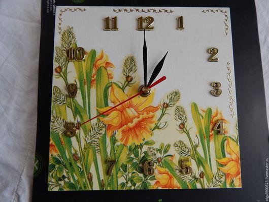 Настенные часы `Нарциссы` в стиле `декупаж` с золотыми цифрами.  Часовой механизм плавного хода(без батарейки).