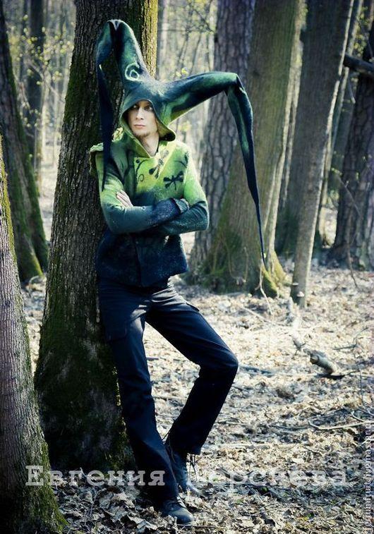 Фавн гуляет по лесу.
