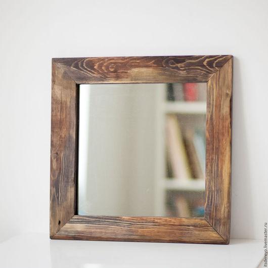 Зеркало в квадратной раме из старого обработанного дерева. Покрыто маслом.