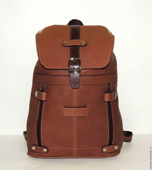 Рюкзак «Эстела» -  это удобный, уютный рюкзачок спокойного коричневого цвета, который будет кстати в поездках за город, на прогулках с ребенком, на работе, на занятиях спортом.