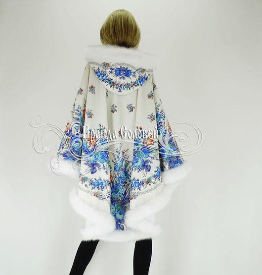 Авторское пальто-пончо с отстегивающимся капюшоном, из шерстяных павловопосадских платков Гжель-2, отделка - искусственный мех Белый песец