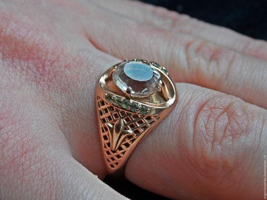 Кольцо `Счастье дракона` в золоте с хризолитами и топазом