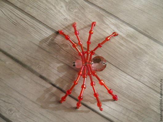 Ярко-красный паук из бисера сможет стать отличным украшением к одежде, подвески или основой для брелка,  для украшения интерьера.