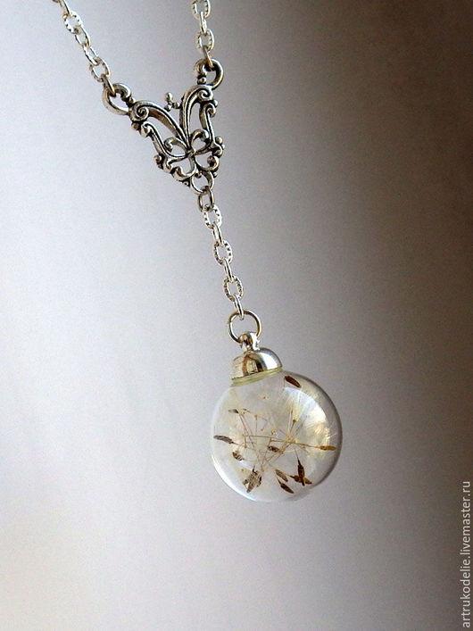 Легкий нежный кулон с одуванчиками. Полая стеклянная сфера заполнена настоящими семенами одуванчика. Стеклянная бусина, стеклянный шар с одуванчиками. Купить кулон шар с одуванчиками