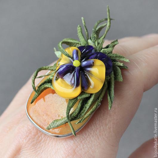 Кольцо перстень собрано на основе с природным, натуральным  агатом. Природный агат имеет насыщенный желтый оттенок Основа композиции - авторская бусина. Дополняет ее итальянская кожа