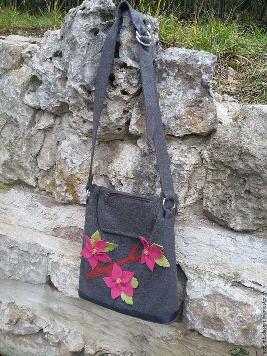 Женская сумка ручной работы. Вместительная сумка почтальонка из шерстяного сукна и лодена с цветочным декором из лодена. Снабжена регулируемым длинным ремнём, который перекидывается через плечо.