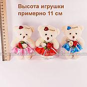 Маленькая мягкая игрушка плюшевый мишка, бежевый, в платье с розочками
