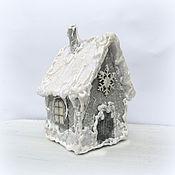 Подарки к праздникам ручной работы. Ярмарка Мастеров - ручная работа Новогодний декор, елочная игрушка домик из фетра. Handmade.