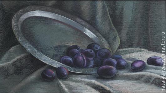 Картина пастелью Натюрморт `Сливы`. Картина пастелью в раме со стеклом. Автор Наталья Ива