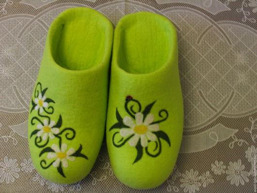 Обувь ручной работы. Ярмарка Мастеров - ручная работа. Купить Тапочки валяные из натуральной мериносовой шести Тапочки с ромашками. Handmade.