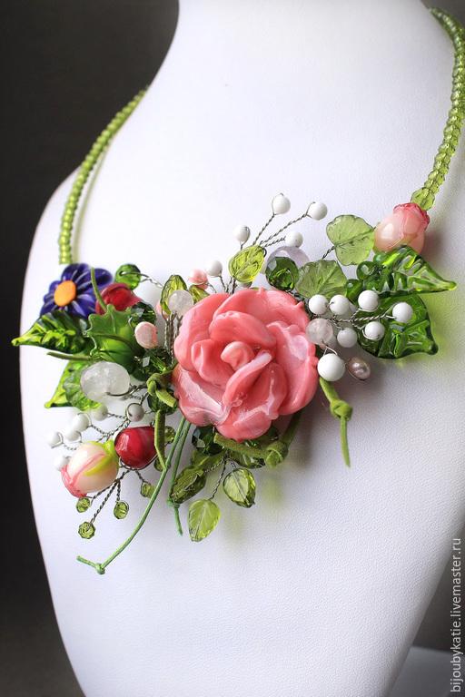 Колье лэмпворк букет роз Красивое, нежное и летнее колье - букет роз. Букет из стеклянных  цветов - прекрасная альтернатива живым цветам:) Никогда не увядают, и радуют нежными красками свою хозяйку кр