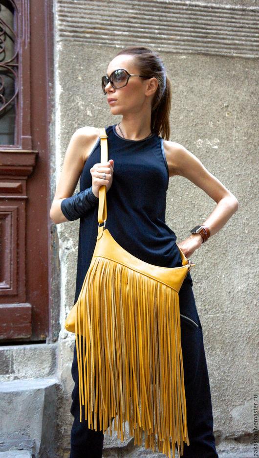 сумка из натуральной кожи желтого цвета с бахромой. Летняя сумка для стильного образа с длинной бахромой