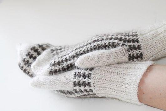 Варежки из козьего пуха, ручного прядения, ручной вязки. Варежки тоненькие, невероятно теплые, мягкие, созданы с любовью. В два цвета.  Состав пряжи  100% натуральный, долговечный.