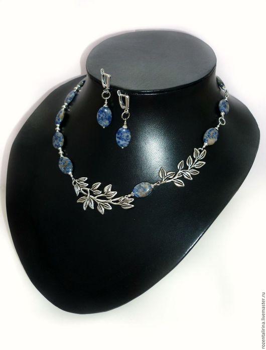 Колье и серьги `Санторини` выполнены из натурального Содалита овальные бусины.  Качественная металлофурнитура цвета серебра.