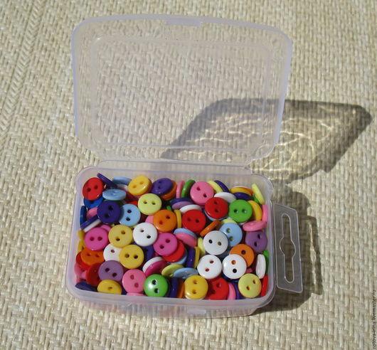 500 цветных пластиковых пуговиц собраны в случайном порядке цветов и упакованы в пластиковый контейнер с защёлкивающейся крышкой. Очень удобная система хранения.