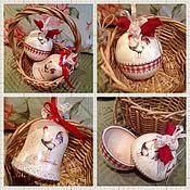 Подарки к праздникам ручной работы. Ярмарка Мастеров - ручная работа Набор Новогодний петушок( шар и колокольчик деревянный). Handmade.