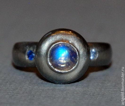 `Лунница` - кольцо из чернёного серебра 925 пробы с  лунным камнем и натуральными сапфирами
