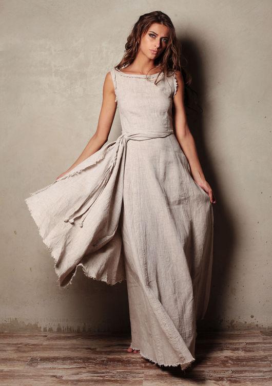 Платье приталено и украшено красивым запахом, форму которого можно изменять с помощью завязок, меняя и общий вид модели, а также разрезом, приоткрывающим ногу, глубина которого регулируется стяжкой.
