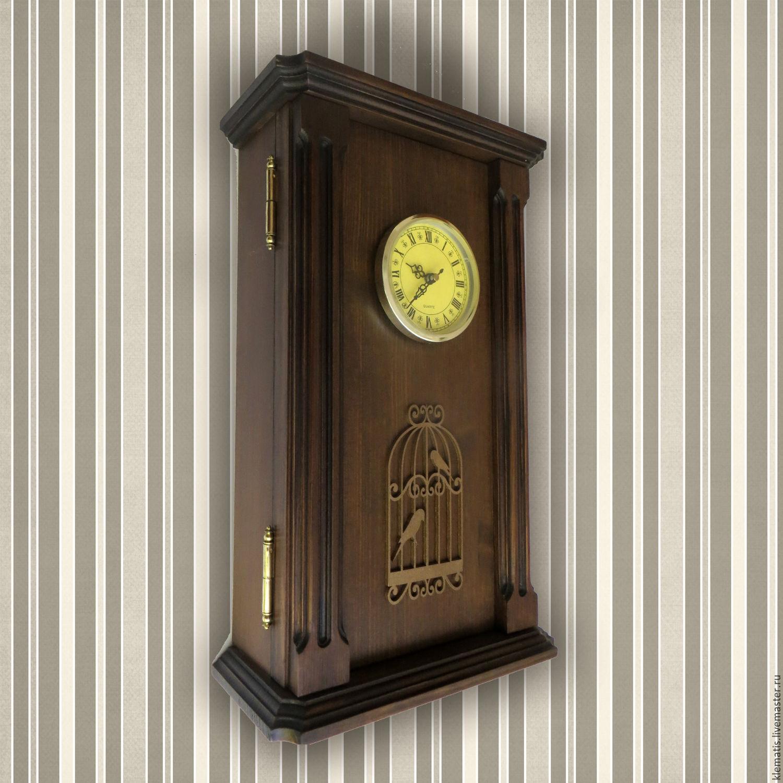 В качестве настольной ключницы применяется небольшая декоративная коробка, декоративный домик, простой деревянный брус и даже красиво оформленную бутылку.