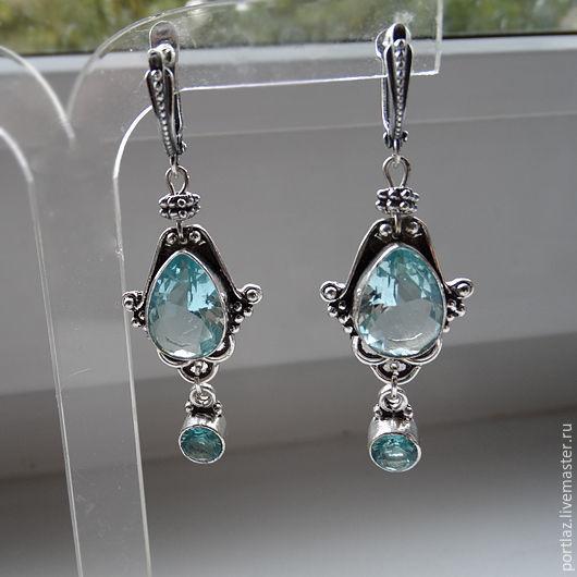 Роскошные длинные  серебряные серьги ручной работы с  крупными голубыми топазами выполнены в викторианском стиле.