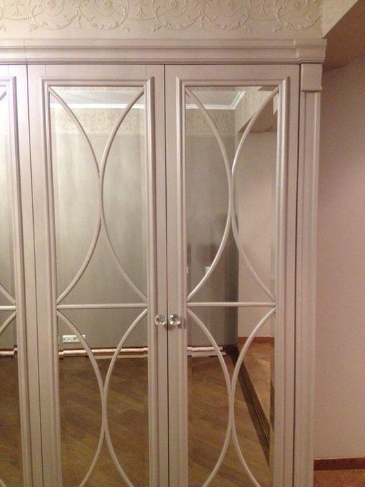Большой  шкаф-гардеробная с красивыми зеркальными фасадами. В комплектации имеет полки, ниши, выдвижные ящики, ниши для хранения драгоценностей, оборудованные подсветкой.