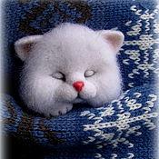 Украшения ручной работы. Ярмарка Мастеров - ручная работа Белый спящий котёнок,брошь,брошь для кармана. Handmade.