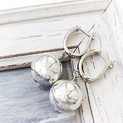 Серьги классические ручной работы. Ярмарка Мастеров - ручная работа Серьги шарики английский замок, светлый серый, минимализм. Handmade.