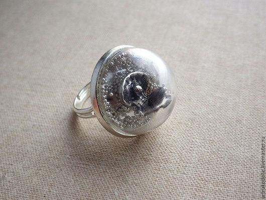 Кольцо Ракушка с жемчужиной в стеклянной полусфере. Кольцо безразмерное. Диаметр стеклянной полусферы 2 см. Купить кольцо Кольцо Память о лете, кольцо стеклянный шар