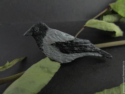 Брошь птица `Городская ворона`, брошка птичка, черный серый. Купить брошь ручной работы птица ворона Москва.