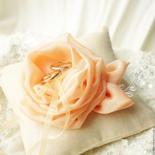 Свадебные аксессуары ручной работы. Ярмарка Мастеров - ручная работа. Купить Свадебная льняная подушечка для колец с персиковым цветком. Handmade.