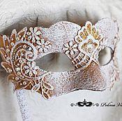Одежда ручной работы. Ярмарка Мастеров - ручная работа Белоснежно-золотая Венецианская маска на держателе. Handmade.