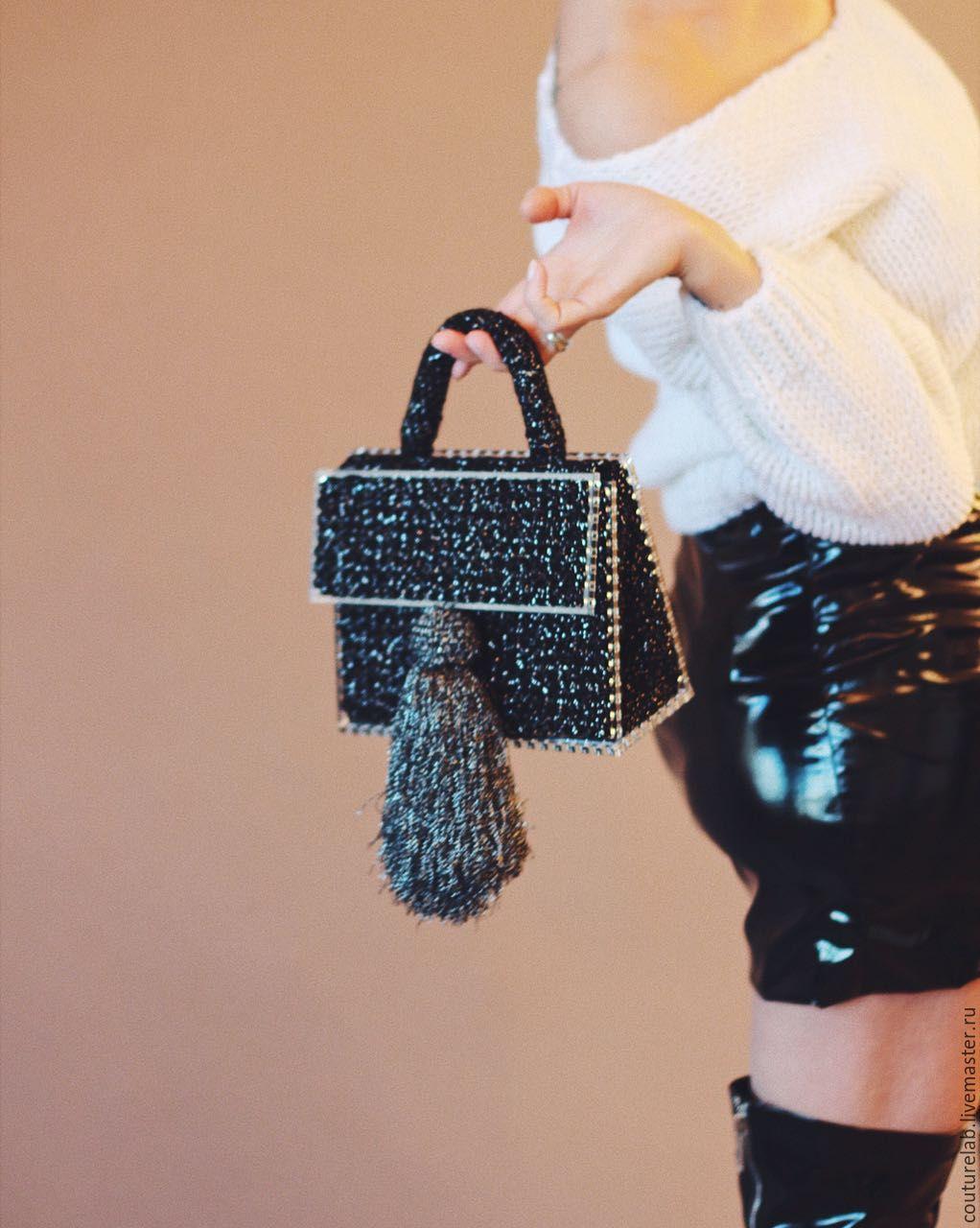 На фотографии красивая сумка в подарок для девушки от ShaparBrand.