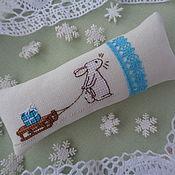Подарки к праздникам ручной работы. Ярмарка Мастеров - ручная работа Игольница  новогодняя зайка. Handmade.
