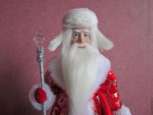 Кукла Дед Мороз в красной парчовой шубе с мехом в шапке-ушанке и валенках, с волшебным посохом и мешком для подарков. Ручная работа.Превосходное качество изделия.Это незабываемый подарок к Новому Году