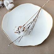 Тарелки ручной работы. Ярмарка Мастеров - ручная работа Белая фарфоровая тарелка неправильной органической формы. Handmade.