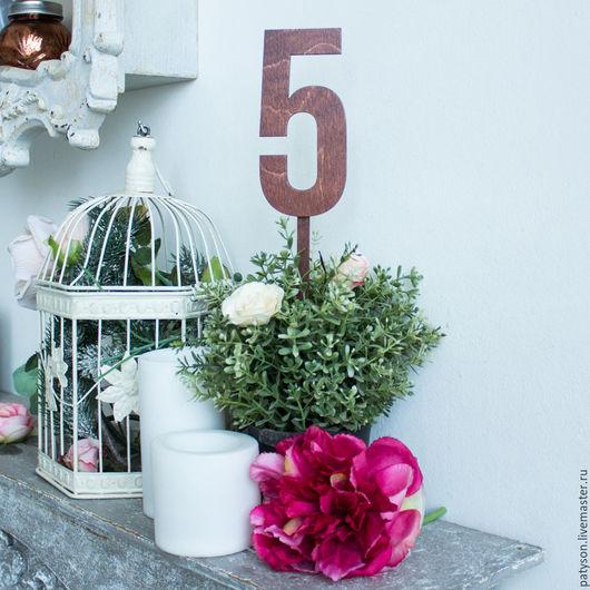 Номера столов в виде деревянных цифр станут оригинальным украшением банкета и помощником в рассадке гостей.